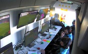 La cabina de VAR en Sud América-Peñarol con Cunha, Tejera y Marcelo De León
