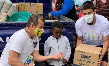 Bruno Méndez y Dunga ayudaron en Porto Alegre entregando alimentos