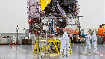 Esta foto de la NASA publicada el 8 de septiembre de 2021 muestra que después de completar con éxito sus pruebas finales, se ve que el telescopio espacial James Webb de la NASA se prepara para su envío a su sitio de lanzamiento en las instalaciones de Northrop Grumman en Redondo Beach, California.