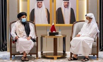 El líder talibán, Abdul Ghani Baradar (izda.) permanecía en Doha antes de regresar a Afganistán