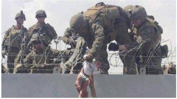 Momento en que la bebé es recibida por los soldados en el aeropuerto de Kabul.