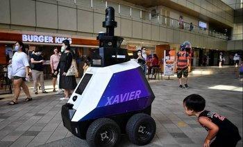 Xavier es un robot para controlar las medidas de distanciamiento social por covid-19 en Singapur