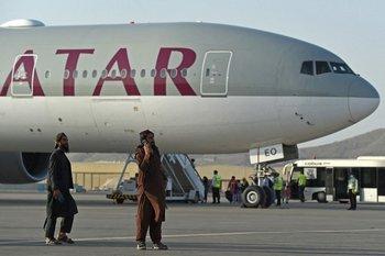 Talibanes hacen guardia en el aeropuerto de Kabul