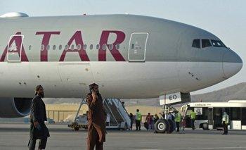 Este viernes hubo afganos que acudieron a la zona del aeropuerto con la esperanza de poder subirse a un avión y huir de lostalibanes