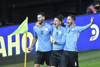 Gastón Pereiro, Piquerez y Bentancur celebran el gol del triunfo