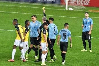 Daronco le muestra la tarjeta amarilla a Bentancur