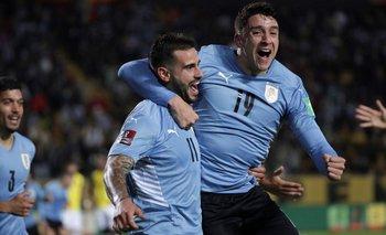 Gastón Pereiro y Joaquín Piquerez celebran el gol del triunfo de Uruguay ante Ecuador en el Campeón del Siglo