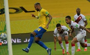 Neymar anotó uno de los dos goles de Brasil ante Perú en la noche del jueves