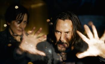 Keanu Reeves interpretando a su personaje Neo junto a Trinity, de Carrie-Anne Moss (izquierda)