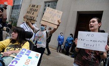 Foto de archivo. Un pequeño grupo de manifestantes contra la vacunación se reúne en las afueras de Nueva York, el 1º de setiembre de 2021