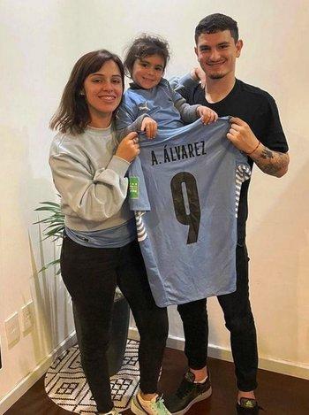 Agustín Álvarez Martínez con su pareja Thalía y su hija Julia; de la alegría de debutar con gol en la selección, a volver con Peñarol