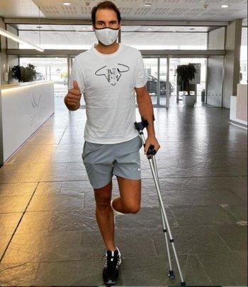 Rafael Nadal camina con muletas debido al tratamiento en su pie izquierdo