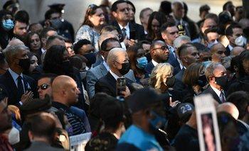 El presidente Joe Biden junto a la primera dama Jili Biden, el expresidente Barack Obama y su esposa Michelle Obama.