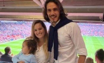 Edinson Cavani junto a su esposa y uno de sus hijos en la tribuna de Old Trafford para ver a Manchester United