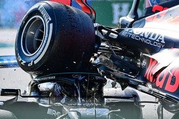 La rueda trasera derecha del auto de Verstappen le pasó por encima de la cabeza a Lewis Hamilton