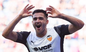 Maxi Gómez celebra su gol para Valencia ante Osasuna
