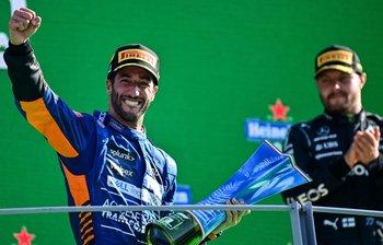 Daniel Ricciardo celebra su victoria en Monza; al lado suyo, Valtteri Bottas, quien terminó tercero