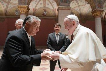 """Francisco tras haberse reunido en Budapest con el líder soberanista húngaro Viktor Orban,que se presenta como un baluarte contra la """"invasión musulmana"""" en Europa,"""