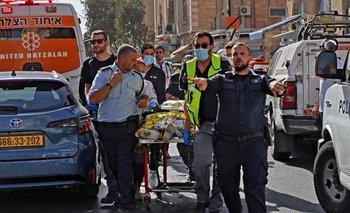 Los médicos de Israel sacan a un palestino herido, que apuñaló a dos israelíes