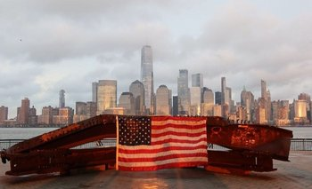 La bandera estadounidense con la ciudad de Nueva York de fondo a 20 años de los ataques terroristas.