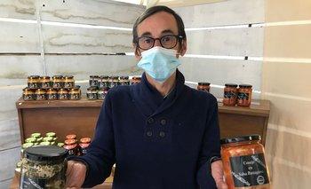 Alejandro Rodríguez y los frascos de elaboraciones que contienen carne de conejo.