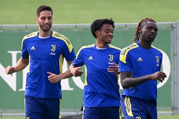 Bentancur con Cuadrado y Moise Kean en la práctica de la Juve antes del debut en la Champions