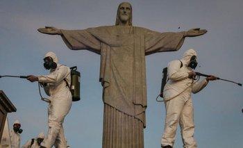 Personal sanitario desinfecta el santuario del Cristo de Rio de Janeiro.