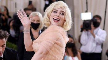 La coanfitriona de la noche, Billie Eilish, sorprendió con un estilo inspirado en Marilyn Monroe