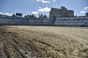 No es una cancha de beach soccer gigante, es la base de arena del Estadio Centenario y el primer rollo de césped que fue colocado desde el arco de la Amsterdam hasta el de la Colombes