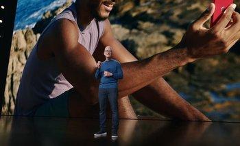 Tim Cook contando las nuevas características de la nueva generación de iPhone.