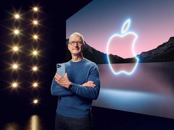 Tim Cook con el iPhone 13 en sus manos.