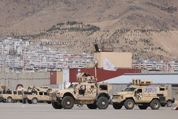 20210914 Vehículos blindados con la bandera de los talibanes se ven en un campamento del ejército estadounidense en el aeropuerto de Kabul, el 14 de setiembre de 2021