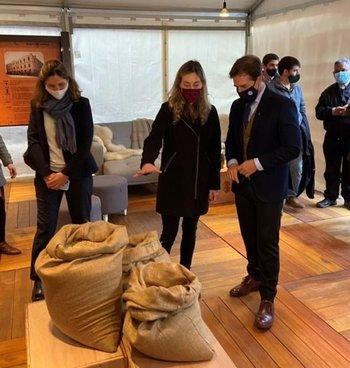 El presidente Luis Lacalle Pou visitó el stand de FNC.