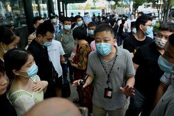 Varias decenas de manifestantes volvieron a reunirse por tercer día consecutivo frente a la sede central de Evergrande en Shenzhen.