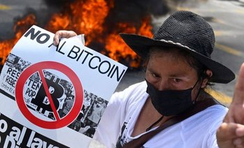 Los manifestantes mostraron su oposición a la adopción del bitcoin
