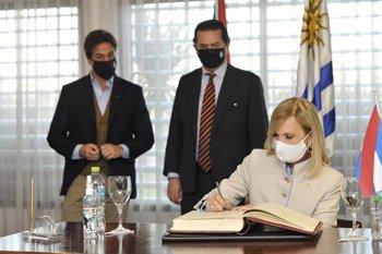 Beatriz Argimón asume por primera vez como presidenta interina