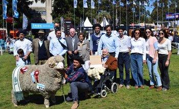 Toda la familia Otegui llegó a la pista para coronar al Gran Campeón PI Merino Australiano.