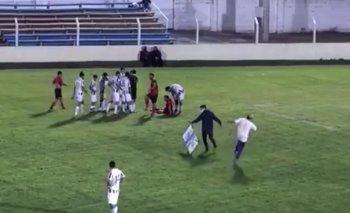 El momento de la lesión del camillero en el partido entre Laureles de Fray Bentos y Universitario de Salto, por Copa OFI