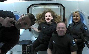 Los turistas disfrutan de la ingravidez en el espacio.