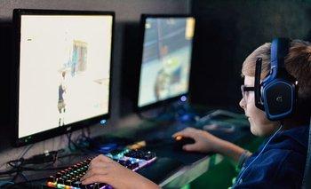 Niño jugando al Fortnite