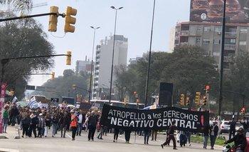 Marcha antivacunas convocada en la plaza de la Democracia frente al shopping Tres Cruces