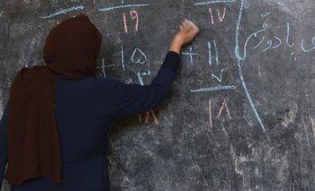 Foto de archivo. Una profesora en un aula afgana