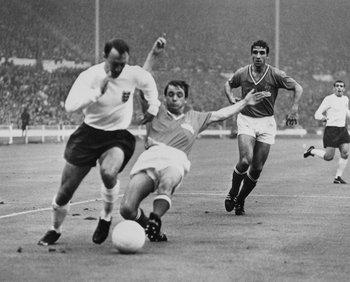 Greaves en acción ante Francia en el Mundial de 1966