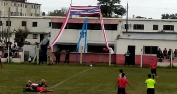 Choque de jugadores en el partido de Copa OFI entre Reformers y Wanderers de Carmelo
