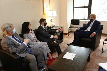 El presidente Luis Lacalle Pou se reunió con John Kerry, ex secretario de Estado de EEUU y actual asesor de Biden
