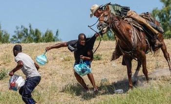 Las imágenes de agentes fronterizos agarrando a migrantes a caballo en EEUU que generaron polémica
