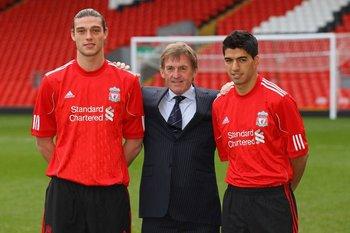 Carrol y Suárez junto a Kenny Dalglish en su presentación en Liverpool