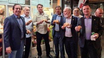 Pizza y soda en la calle, la cena obligada de Jair Bolsonaro y su delegación en Nueva York.