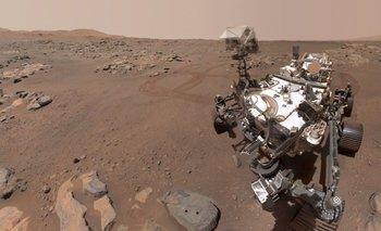 Selfie de Perseverance junto a la roca de la que obtuvo sus primeras muestras.