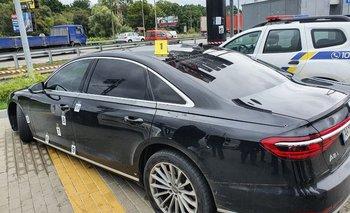 El vehículo afectado es un Audi color negro